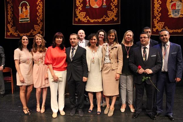 El nuevo alcalde de Andújar, Francisco Huertas, junto a Micaela Navarro y su equipo de gobierno municipal.