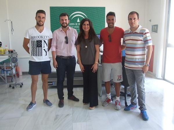 La delegada territorial de Educación, Cultura y Deporte, Yolanda Caballero, junto a algunos jugadores del Linares Deportivo.