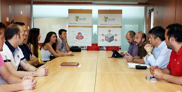 Manuel Hueso reunido con los empresarios que han estado instalados en este Centro Provincial de Emprendimiento.