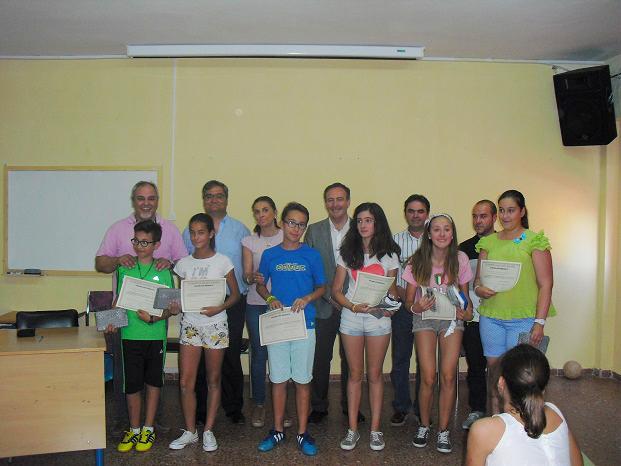 Escolares de Porcuna galardonados junto a Miguel Moreno y personal sanitario.