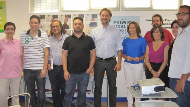 La delegada territorial de Economía, Innovación, Ciencia y Empleo, Ana Cobo, junto a algunos de estos emprendedores.