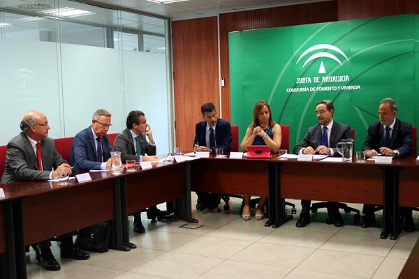 El consejero de Fomento y Vivienda, durante la reunión.  Foto: Junta de Andalucía.
