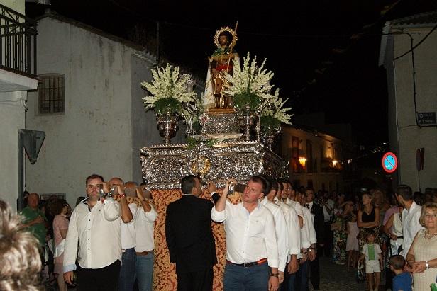 La imagen de San Roque recorrió en procesión las principales calles de Lopera.