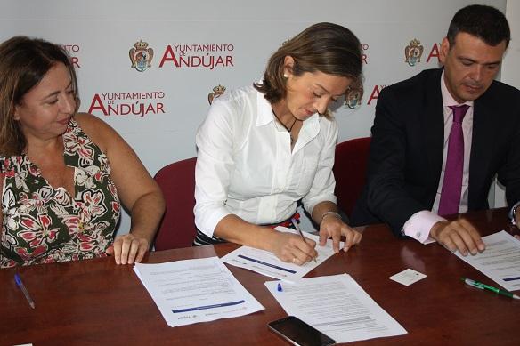 La concejala de Promoción Local, Encarna Camacho, firma el convenio de colaboración con FEDIJIF y La Caixa.