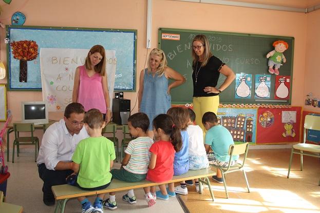 El Alcalde de Andújar, Paco Huertas, y la Concejala de Educación, Alma Cámara, han inaugurado esta mañana el nuevo curso escolar en Andújar.