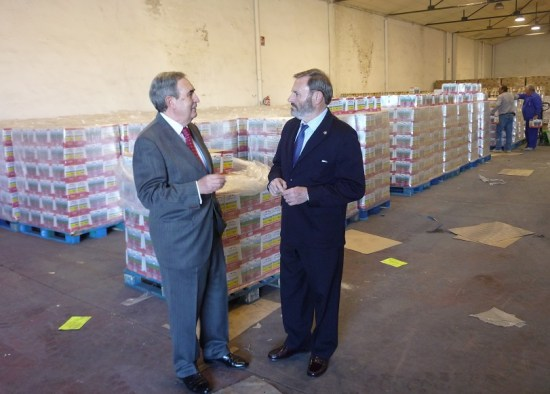 El subdelegado del Gobierno, Juan Lillo, ha visitado las naves del Banco de Alimentos en Jaén.