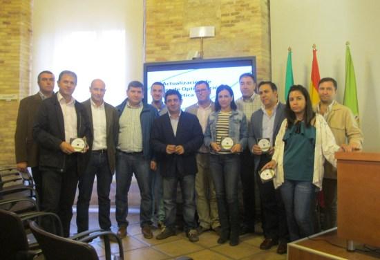 Foto de familia con los alcaldes y alcaldesas que han recogido la actualización de los POE de sus municipios.