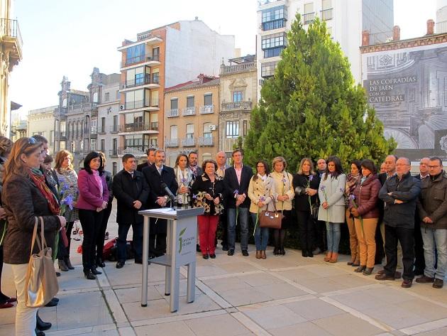 Autoridades y personas asistentes al acto organizado por Diputación con motivo del Día Internacional contra la Violencia de Género.