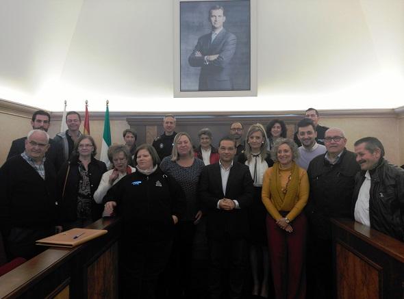 El alcalde, Paco Huertas, y la concejala de Igualdad y Bienestar Social, Pepa Jurado, junto a representantes de entidades y agentes.