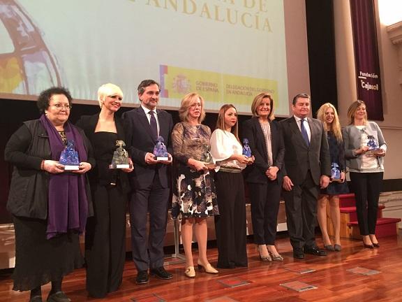 Foto de familia de los galardonados junto a la Ministra de Empleo, Fátima Bañez.