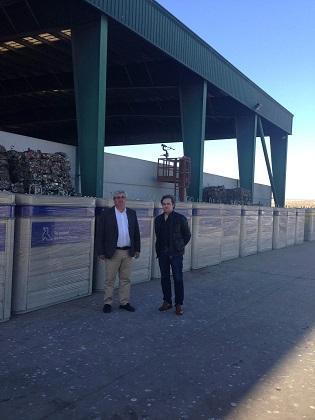 Bartolomé Cruz y Francisco Lechuga (director del Área de Servicios Municipales) visitan los contenedores adquiridos.