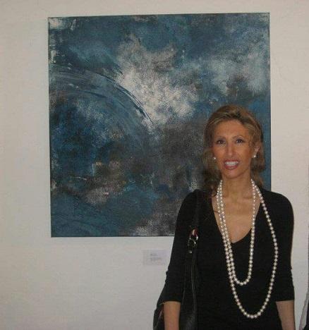 María Teresa Ojeda Navío posa junto a una de sus obras pictóricas.
