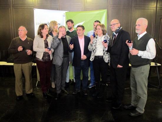 El presidente de la Diputación y el diputado de Promoción y Turismo prueban los aceites seleccionados junto a los miembros del jurado.