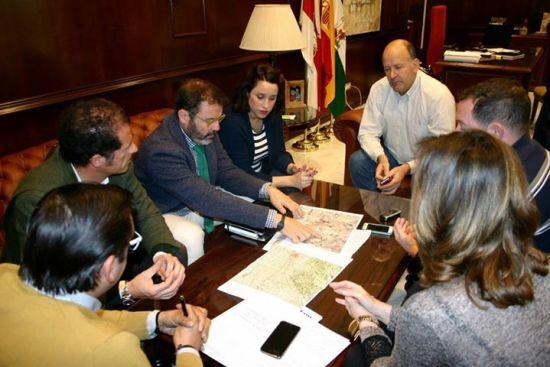 Rafael Valdivielso, en el centro, explica los detalles del carril bici a concejales y técnicos. Foto: Ayto. Andújar.