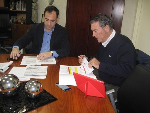 Antonio de la Torre mantuvo el pasado viernes una reunión con el gerente de la Cámara de Comercio e Industria de Linares, Raúl Caro.