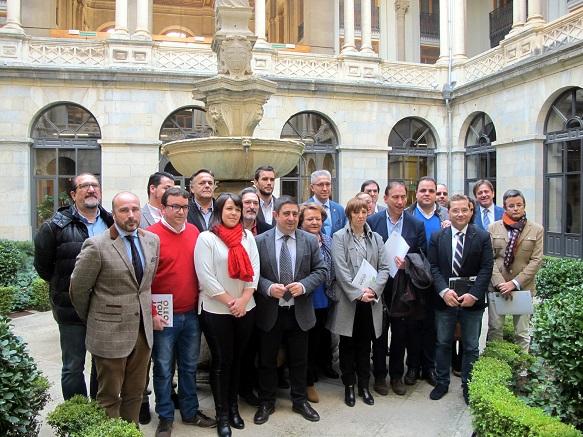 Foto de familia con las empresas beneficiarias de las ayudas, y los alcaldes y alcaldesas de los municipios donde se van a instalar.