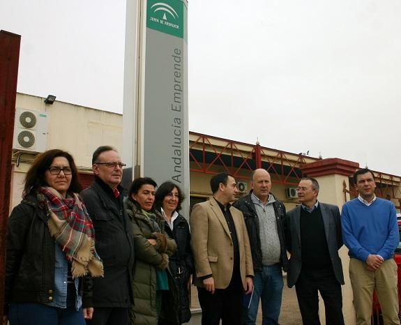 Antonio de la Torre, junto a miembros de la Corporación Municipal y representantes de los proyectos empresariales.