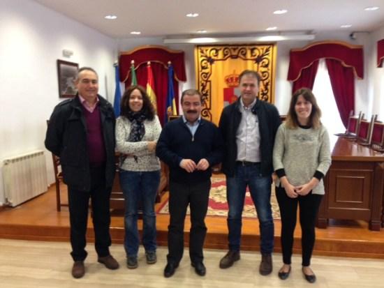 José Castro y Blas Alves, en el centro, junto a otros miembros de la Corporación municipal de Villanueva de la Reina.
