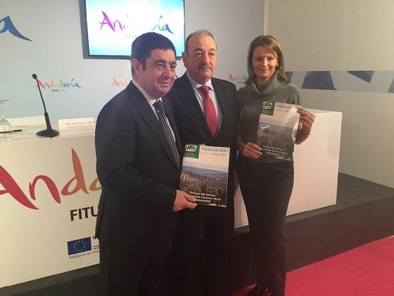 Ana Cobo, Francisco Reyes y Antonio Arroyo, en el acto de presentación de esta revista en FITUR.