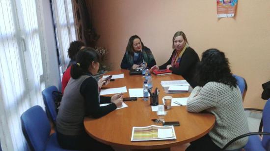 La Concejala de Igualdad y Bienestar Social, Pepa Jurado, se reúne con un grupo de mujeres de Andújar.