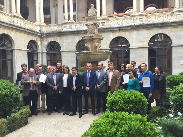 La delegada del Gobierno, Ana Cobo, ha participado, junto al presidente de la Diputación, Francisco Reyes, en la entrega de los certificados.
