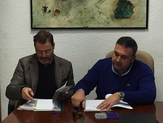 El delegado territorial de Fomento y Vivienda, Rafael Valdivielso, junto al alcalde de Arjonilla, Miguel Ángel Carmona.