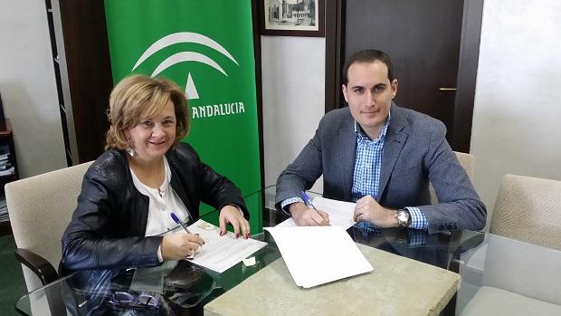 La delegada territorial de Igualdad, Salud y Políticas Sociales, Teresa Vega, y el alcalde Arjona, Juan Latorre, firman este convenio.