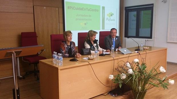 La delegada territorial de Igualdad, Salud y Políticas Sociales, Teresa Vega, presentó la nueva Estrategia de Cuidados de Andalucía.