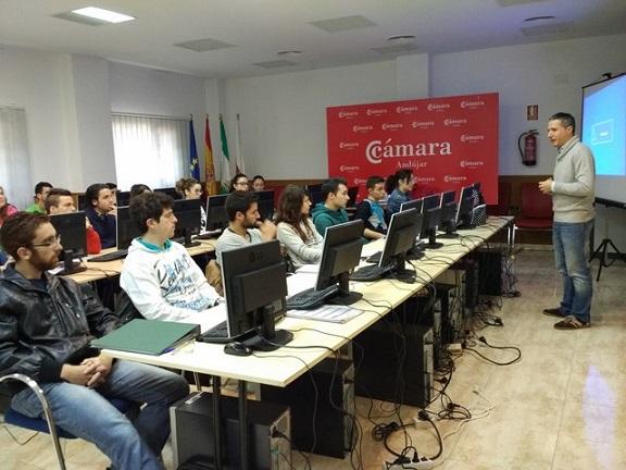 Los alumnos de este curso atienden las explicaciones del profesor.