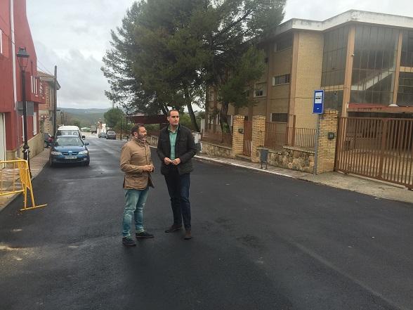 El delegado territorial, Rafael Valdivielso, junto al alcalde arjonero, Juan Latorre, en la travesía de Arjona.