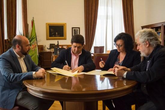 Firma del convenio entre Francisco Reyes e Inés Mazuela.