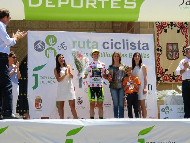 Ana Cobo con el primer clasificado de la montaña, Leonardo Fnkler, del equipo Esetec-Meliá Alicante-Aliforest, que ha resultado también el ganador de la clasificación general.