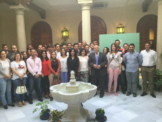 La delegada del Gobierno Andaluz, Ana Cobo, junto a los jóvenes agricultores.