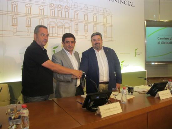 Francisco Reyes ha firmado un protocolo de colaboración con el alcalde de Vilches, Bartolomé Guijo, y el teniente de alcalde de Linares, Luis Miguel Moya.