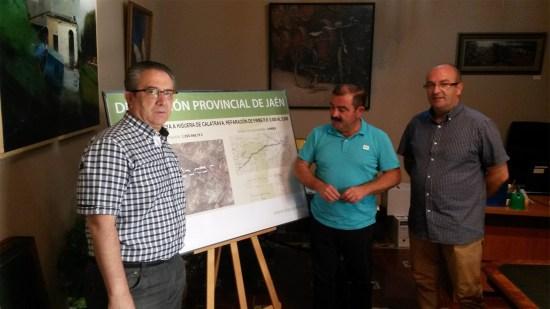 José Castro, en el centro, ha presentado el proyecto de adecuación de la carretera entre Higuera de Calatrava y Pilar de Moya, en Torredonjimeno.