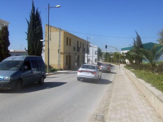 Los vehiculos circulan por una carretera de la Comarca de Andújar.