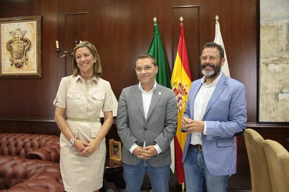 El delegado territorial de Fomento y Vivienda, Rafael Valdivielso,  el alcalde de Andújar, Francisco Huertas, y la concejala de Urbanismo y Vivienda, Encarnación Camacho.