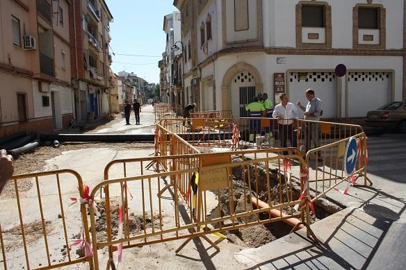 Jesús del Moral y Luis Salas visitaron las obras en la calle Lope de Vega, de Andújar.