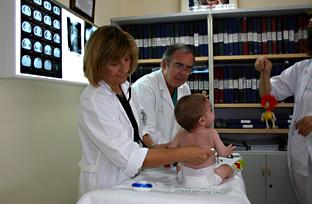 Un bebé en una consulta. Foto: Junta de Andalucía.