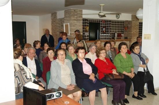 Personas mayores en en el Centro de Participación Activa, de Lopera.