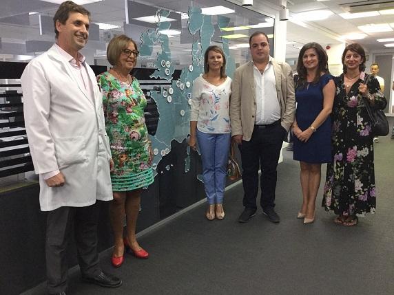 """Adelaida de la Calle ha visitado en Martos el Instituto de Enseñanza  Secundaria """"Fernando III"""" y la empresa Valeo."""