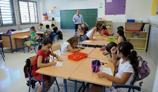 Un docente, en el aula con sus alumnos. Foto: Junta de Andalucía.