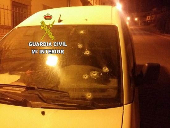Impactos de bala realizados en un vehículo por uno de los detenidos. Foto: Guardia Civil.