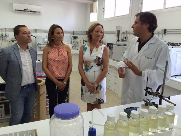 """Francisco Huertas, Ana Cobo y Carmen Ortiz, durante su visita a la empresa """"Sovena"""", en Andújar."""