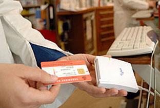 Tarjeta sanitaria en una farmacia. Foto: Junta de Andalucía.