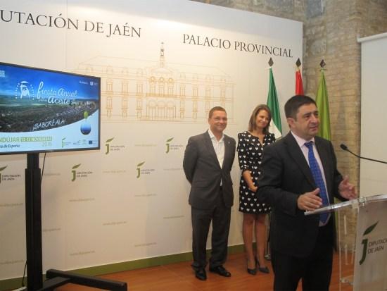 Francisco Reyes, durante la presentación de esta fiesta, con Ana Cobo y Francisco Huertas detrás.