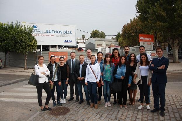 El alcalde de Andújar, Paco Huertas, junto al responsable de Expansión de la cadena de supermercados ALDI, Eddie Christiansen, en su visita a estas instalaciones.