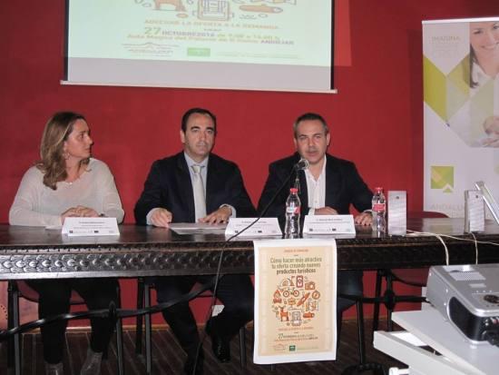 El delegado territorial de Economía, Antonio de la Torre, y el concejal de Presidencia, Jesús del Moral, han inaugurado esta iniciativa formativa.