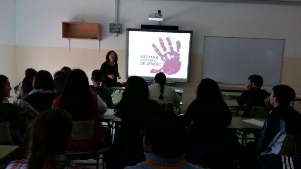 Rosa Oliveros imparte una charla a los alumnos de Marmolejo.