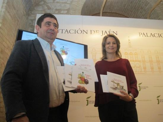 Francisco Reyes y Ana Cobo, con los libros editados.